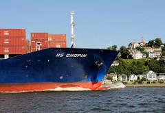 Der Containerfrachter HS CHOPIN vor Hamburg Blankenese. Der FRachter wurde 2007 gebaut und kann 3586 TEU Standardcontainer transportieren.
