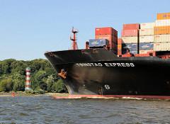 Bug der 2007 gebauten TSINGTAO EXPRESS vor Hamburg Wittenbergen. Das 335 lange und 42m breite Containerfrachtschiff kann 8749 TEU transportieren.