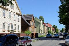 Einstöckige Wohnhäuser mit Holzfassade - Straße Saue in Tallinn.