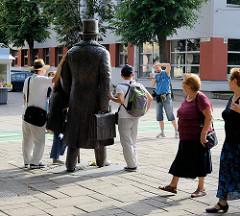 Bronzeskulptur / Statue von Jonas Vileišis, ehem. Bürgermeister von Kaunas -  in der Laisvės alėja / Freiheitsallee -  Fussgängerzone.