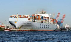 Die im Jahr 2006 gebaute COSCO GUANGZHOU fährt mit Schlepperhilfe in den Hamburger Hafen ein. Das Riesenschiff hat eine Länge von 350m und kann 9500 Container laden.