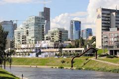 Blick über den Fluss Neris zur Gebäuden der Geschäftsstadt / Bürostadt im Stadtteil  Šnipiškės in Vilnius