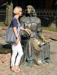 Bronzeplastik für den Astronomen Nicolaus Copernicus am Eingang zum Schloss von Olsztyn.