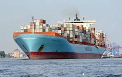 Die COLUMBINE MAERSK läuft aus dem Hamburger Hafen aus - im Hintergrund die Containerbrücken des HHLA Terminals Burchardkai. Der 2002 gebaute Frachter hat eine Länge von 347m und kann 8890 Standardcontainer transportieren.