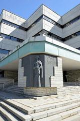 Bronzerelief - Figur Justitia am Eingang des Gerichtsgebäudes - Kreisgericht an der Liivalaia in Tallinn.
