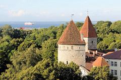 Blick vom Domberg auf die Stadtbefestigung / Wehrtürme der Unterstadt in Tallinn.