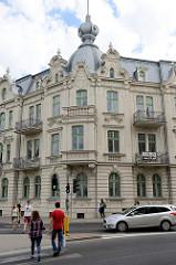 DSC_8743Jugendstilarchitektur - mehrstöckiges Wohnhaus mit Zwiebelkuppel, erbaut 1905 - plac Generała Józefa Bema in Olsztyn.