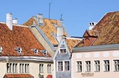 Dächer und Giebel von historischen Gebäuden am Tallinner Rathausplatz / Raekoja plats.
