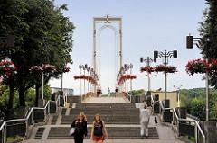 Fussgänger*innebrücke über den Nemunas-Fluss in Kaunas, erbaut 1988 - spätmoderne sowjetische Architektur; Architekt Algimantas Sprindys.