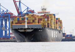 Der Containerfrachter MSC INES mit einer Ladung Containern im Hamburger Hafen.