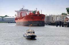 Tanklager - Öltanks im Petroleumhafen / Tankschiffhafen Hamburg Waltershof; der Tanker Bow Fagus wird über Pipelines entladen.