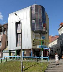 Moderne Architektur - Wohnhaus, Geschäftshaus mit Metallfassade - halbrundes Dach und Glaserker; Feliksa Nowowiejskiego  in Olsztyn.