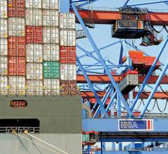 Das Containerschiff HUMAN BRIDGE wird im Hamburger Hafen abgefertigt - das Frachtschiff liegt mit seiner Containerladung unter den Containerbrücken des HHLA Terminals Burchardkai.
