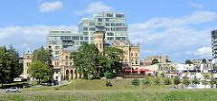 Blick über die Neris zum Raduškevičius Palace in Vilnius, neugotisches Gebäude - erbaut 1897 für den Arzt  Hilarius Raduškevičius  / Architekt Julianas Januševskis - jetzt Nutzung durch die Litauische Architekten Union. I