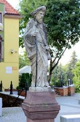 Steinskulptur - freistehend auf einem Sockel; Bilder aus Olsztyn.