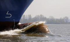 Wulstbug / Schiffbug vom Containerfrachter Kalkavan in Fahrt auf der Elbe bei Hamburg.
