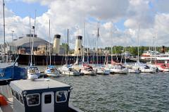 Marina / Sportboothafen in Tallin - Segelboote, Motorboote am Steg. Im Hintergrund das Tallinner Schifffahrtsmuseum und Museumsschiffe.