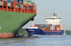 Schiffsverkehr auf der Elbe - das Containerschiff EMPIRE fährt Richtung Hamburger Hafen; ein Containerriese läuft elbabwärts Richtung Nordsee. Das Feeder Schiff EMPIRE ist 2009 gebaut, hat eine Länge von 170m und eine Breite von 25m und kann 1440 Sta