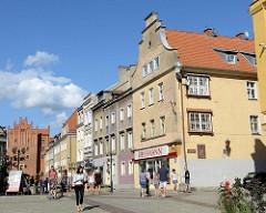 Altstadt / Stare miastro von Olsztyn - Fussgängerzone mit Geschäften; Hohes Tor - Backsteingebäude der Stadtbefestigung von Allenstein - Backsteingotik, errichtet im 14. Jahrhundert.