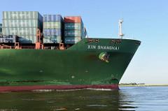 Schiffsbug des Frachters XIN SHANGHAI auf der Elbe bei Hamburg.