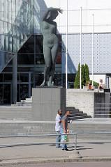 Bronzeskulptur große Nackte Frau vor einem Einkaufszentrum in der Innenstadt von Tallinn.