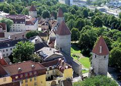 Luftaufnahme vom Platz der Türme in Tallinn - historische Stadtbefestigung aus dem Mittelalter.