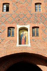 Mosaik Maria als Friedenskönigin, Geschenk von Papst Johannes Paul II.  - Hohes Tor in der Altstadt von Olsztyn - Backsteingebäude der Stadtbefestigung von Allenstein - Backsteingotik, errichtet im 14. Jahrhundert.