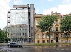 Alt + Neu, historische Gründerzeitgebäude mit Mietswohnungen - modernes Wohnhaus mit Glasfassade; Straße Jono Basanavičiaus  in Vilnius.