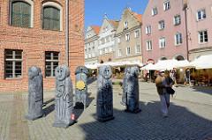 Altstadt von Olsztyn - Skulpturen vor dem Alten Rathaus; Kreis von Steinfiguren, sogen. Baby Pruskie. Diese Art männlicher Figuren wurden  vor ca. 700 Jahren von dem baltischen Volksstamm Prußen angefertigt.
