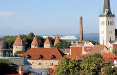 Blick vom Domberg auf die Stadtbefestigung / Wehrtürme der Unterstadt in Tallinn; re. der Kirchturm der St. Olafkirche / Olaikirche, Neuaufbau 1834.