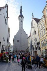 Fussgängerzone - Geschäftsstraße  Tallinn - Fußgänger*Innen und Touristen in der Sonne. Im Hintergrund der spätgotische Turm vom Tallinner Rathaus.