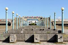 Blick von der Promenade auf die Tallinna Linnahall / Tallinner Stadthalle (vormals nach Wladimir Iljitsch Lenin benannt) - ehem. Multifunktionshalle, erbaut 1980 zu den Olympischen Sommerspielen.  Entwurf die estnischen Architekten Raine Karp u