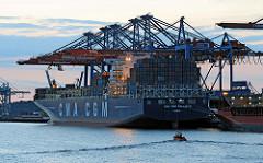 Dämmerung im Hafen Hamburgs - es herrscht Tag und Nacht Hochbetrieb. Der Frachter CMA CGM CALLISTO liegt am Kai des Container Terminals Burchardkai.