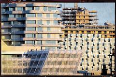 Baustelle und Hausfassaden in der Hamburger Hafencity im Morgenlicht.