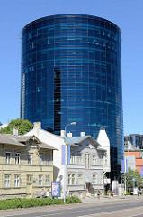 Traditionelle Holzarchitektur - einstöckige Wohnhäuser in Holzbauweise - großer schwarzer Büroturm mit Glasfassade; Bankgebäude an der Straße Liivalaia in Tallinn.