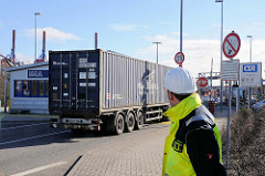 Einfahrt zum Hamburger Container Terminal Altenwerder - Sattelschlepper mit Containertransport.