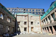 Hausruine - mit Stählträgern abgestüzte Hausfassade / Ziegelmauer eines ehem. alten Gewerbegebäudes im Quartier Rotermann von Tallinn.