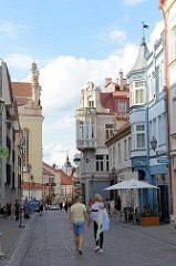 Geschäftsstraße in der Altstadt von Vilnius - Fussgänger auf der Pilies.
