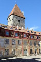 Historische Altstadt von Tallinn - Wohnhäuser an der Stadtmauer, Kopfsteinpflaster - Wehrturm der Stadtbefestigung.