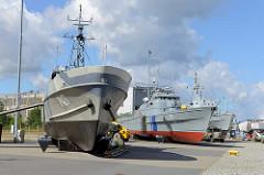 Schiffe / Kriegsschiffe an Land beim Schifffahrtsmuseum von Tallinn