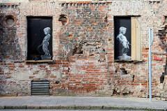 Alte Hausfassade, Hausruine mit  Graffiti / Stencil - pinkelnde Knaben; Kaunas / Litauen.