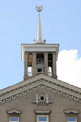 Gebäudespitze  mit Stern im Ährenkranz - Rutenbündel mit Jahreszahl 195; sowjetische Architektur in Tallinn.