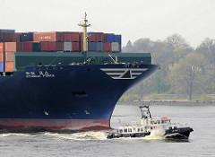 Bug des Schiffs HYUNDAI FORCE und Lotsenschiff; der fast 340m lange Containerriese HYUNDAI FORCE fährt auf der Elbe Richtung Hamburger Hafen; mit dem Lotsenschiff LOTSE 1 ist der Hafenlotse an Bord gebracht worden. Der Containerfrachter kann 8750