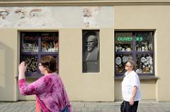 Geschäft / Schaufenster mit Geschenkartikel / Nippes - Gedenkplakette für Juozas Naujalis; Komponist litauischer Musik.