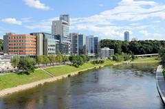 Bürogebäude, Neubauten am Ufer der Neris in Vilnius - Uferpromenade.