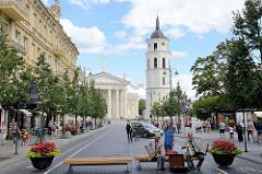 Blick aus der Straße / Fussgängerzone Gedimino Prospekt zum Kathedralplatz + Kathedrale St. Stanislaus und St. Ladislaus in Vilnius; klassizistischer Baustil / Klassizismus, erbaut 1801 - Architekt  Laurynas Gucevičius.