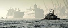 Abenddunst / Nebel im Hamburger Hafen - ein Containerfrachter und Kreuzfahrtschiff auf der Elbe - hochgefahrene Containerbrücken, ein Lotsenschiff in Fahrt.