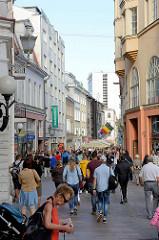 Innenstadt von Tallinn - Fußgängerzone Viru, Einkaufsstraße mit Geschäften.