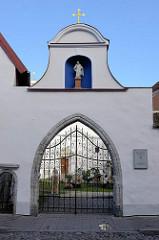 Eingang zum Dominikanischen  Kloster und römisch-katholische Pfarrkirche St. Peter und Paul in Tallinn.