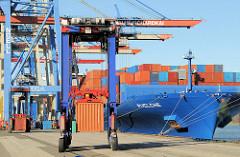 Containerverladung am Hamburger Containerterminal Burchardkai - der Frachter Pulche liegt am Athabaskakai; ein Portalhubwagen / van carrier transportiert einen Container.